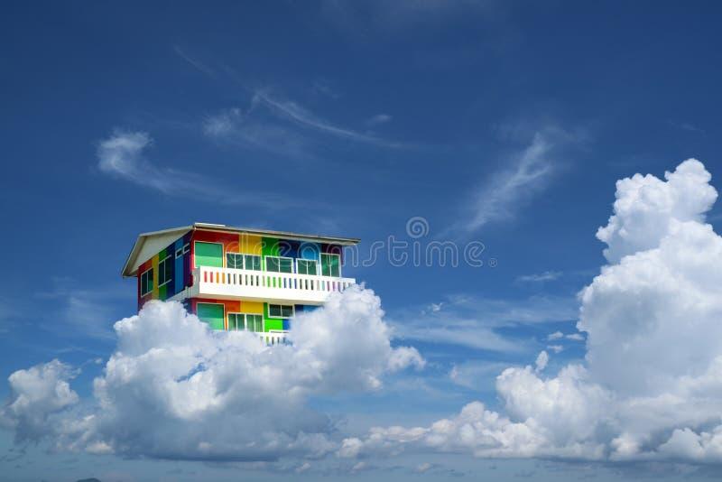 Regenbooghuis terug op blauwe hemel witte wolk stock afbeeldingen
