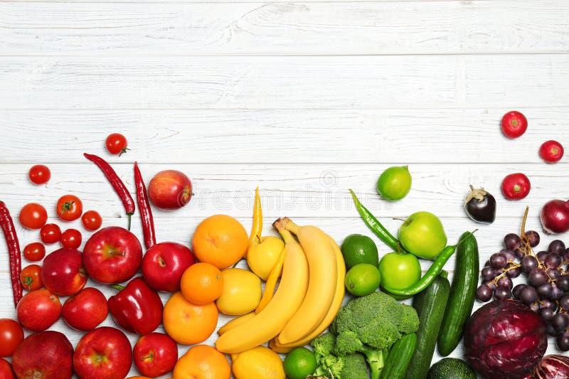 Regenboogsamenstelling met verse groenten stock foto's