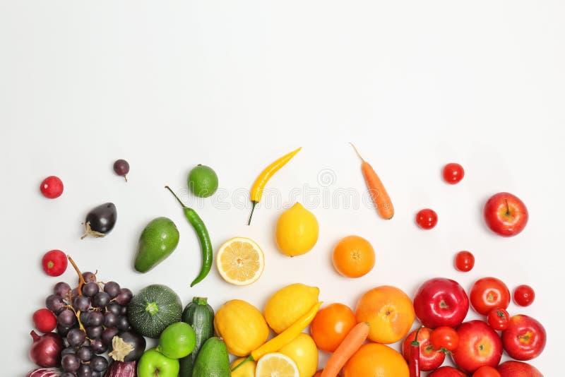 Regenboogsamenstelling met verse groenten en vruchten royalty-vrije stock afbeelding