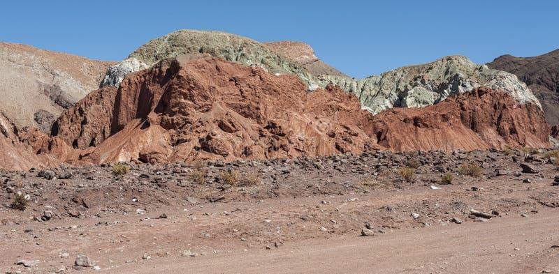 Regenboogvallei Valle Arcoiris, in de Atacama-Woestijn in Chili De minerale rijke rotsen van de Domeyko-bergen geven de vallei t stock afbeeldingen