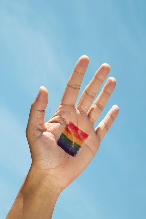 Regenboogvlag in de palm van de hand stock afbeelding