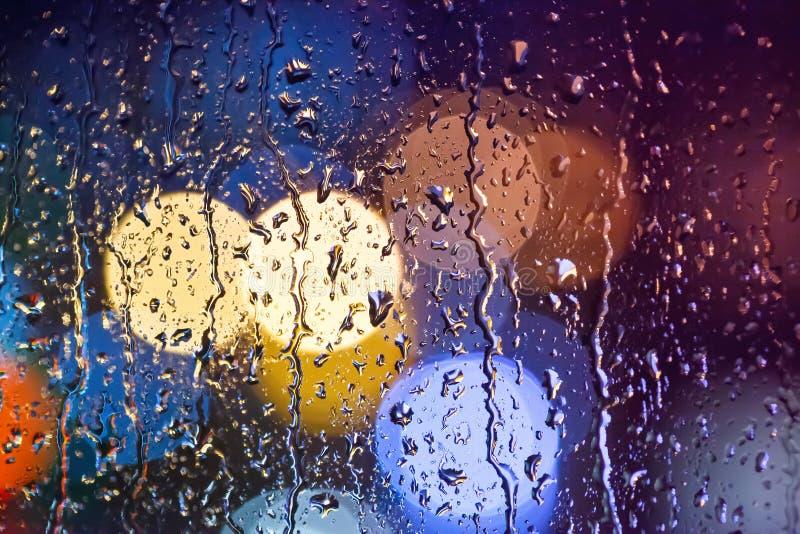 Regenbratenfett auf dem Glas Bunter Hintergrund stockfotos