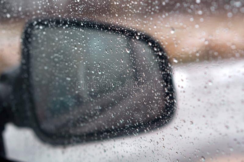 Regendalingen op glas, waterdalingen op autoglas stock foto