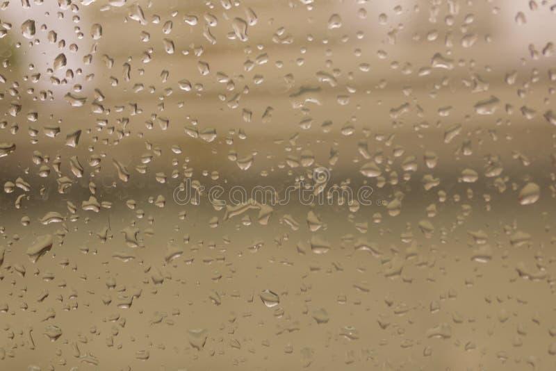 Regendalingen op Oppervlakte van natte Glazen vensterruit in Regenachtig Seizoen abstracte achtergrond Natuurlijk Patroon van reg royalty-vrije stock afbeeldingen