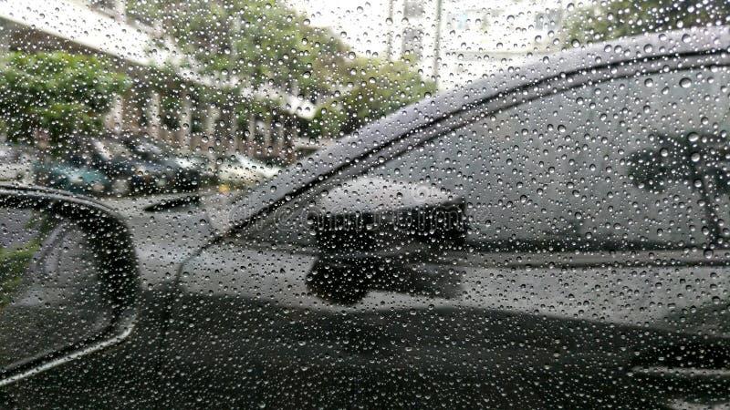 Regendalingen op venster met auto royalty-vrije stock foto's