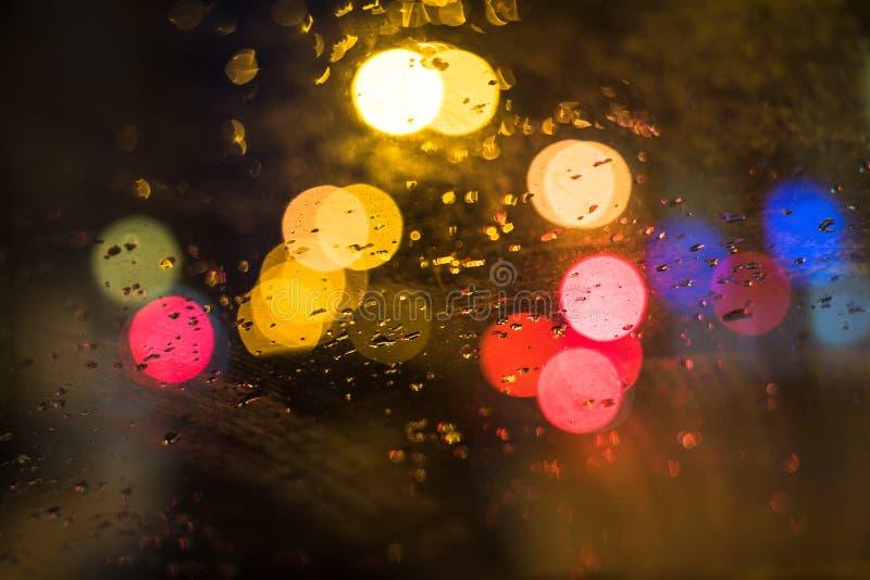 Regendalingen op venster van auto stock foto