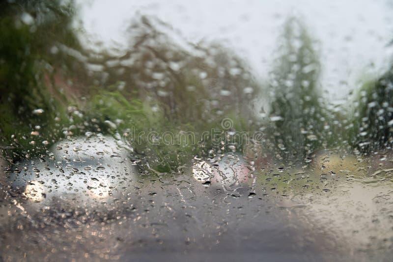 Regendalingen op voorautoraam, die in zware regen drijven Stortbui, waterdalingen op venster Concept windscherm die werken niet, royalty-vrije stock foto