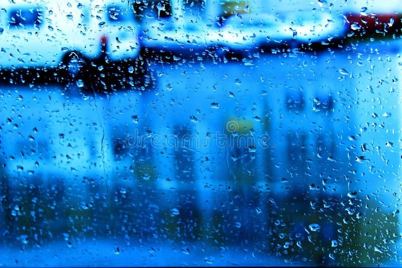 Regendruppels op het autoglas stock afbeeldingen