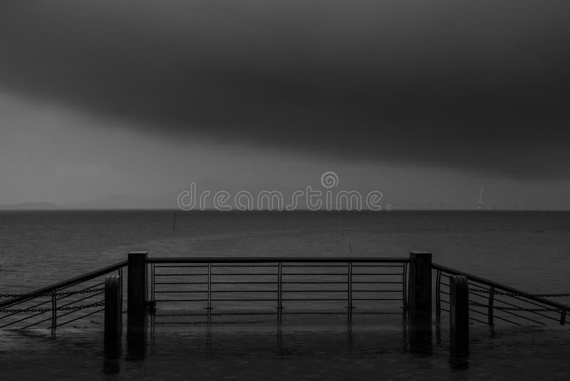 Regenende dag, onweer bij de kust stock foto