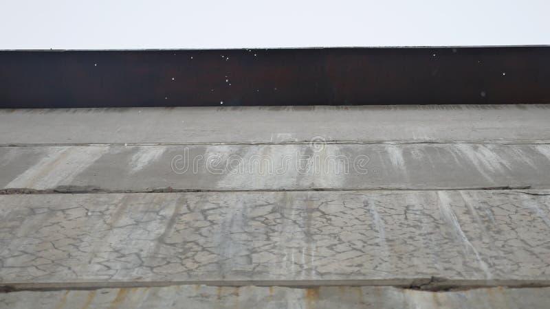 Regenrückgänge fallen ununterbrochen mit Unschärfenaturhintergrund Frühlingswasserströme vom Freien das Dach stock footage