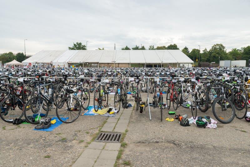 Regensburg, Baviera, Alemanha, o 6 de agosto de 2017, o 28o Triathlon 2017 de Regensburg, competindo bikes na área da apresentaçã fotos de stock