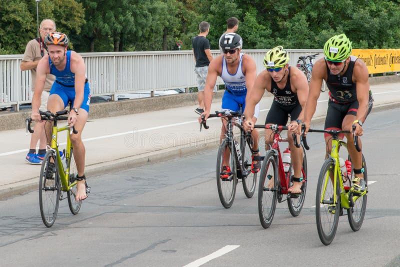 Regensburg, Baviera, Alemanha, o 6 de agosto de 2017, 28o Triathlon 2017 de Regensburg, piloto da bicicleta no autódromo foto de stock royalty free