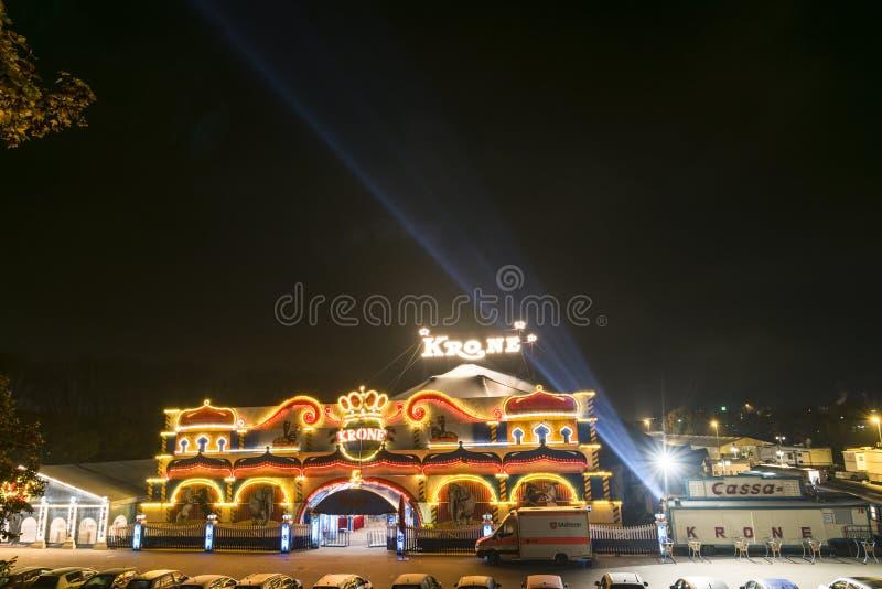 Regensburg, Baviera, Alemanha, o 31 de outubro de 2016, iluminou a entrada e a barraca da coroa do circo em uma noite nevoenta fotografia de stock royalty free
