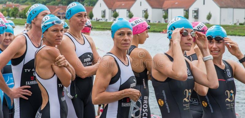 Regensburg, Bayern, Deutschland am 6. August 2017 28. Regensburg-Triathlon 2017, weiblicher Schwimmer, der für den Anfang sich vo stockbild