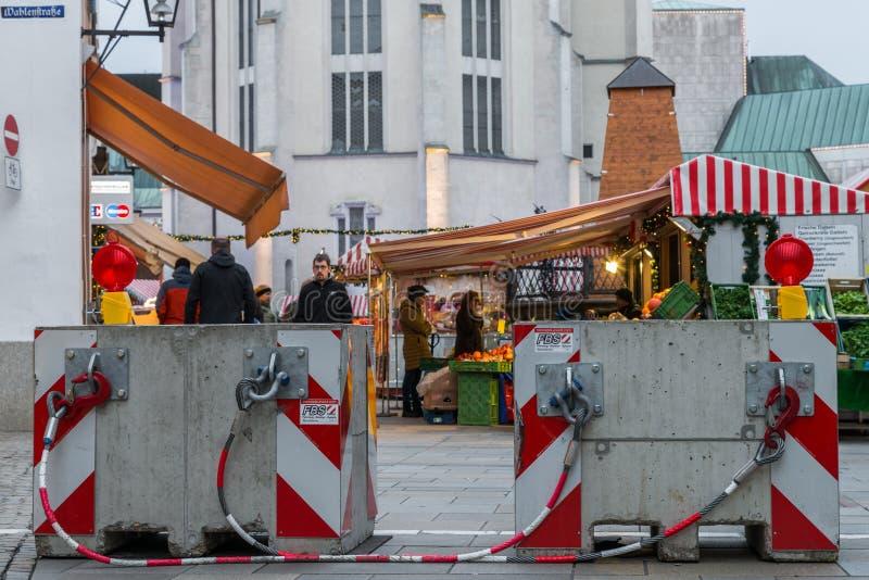 Regensburg Bayern, Tyskland, November 27, 2017: Säkerhetsbarriären på jul marknadsför i Regensburg, Tyskland royaltyfri foto