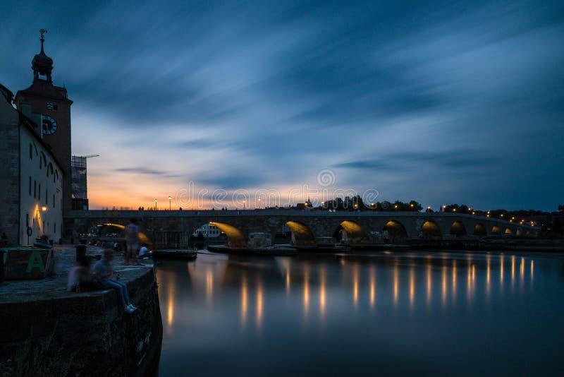 Regensburg bei Sonnenuntergang mit Donau und Kathedrale und Steinbrücke, Deutschland lizenzfreies stockfoto