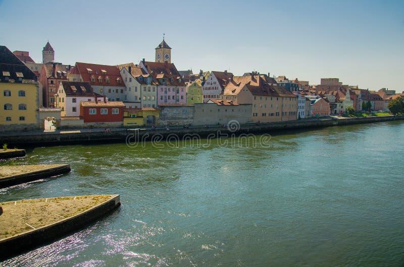 Regensburg, costruzioni colourful e fiume Danubio in Baviera, GER immagini stock libere da diritti