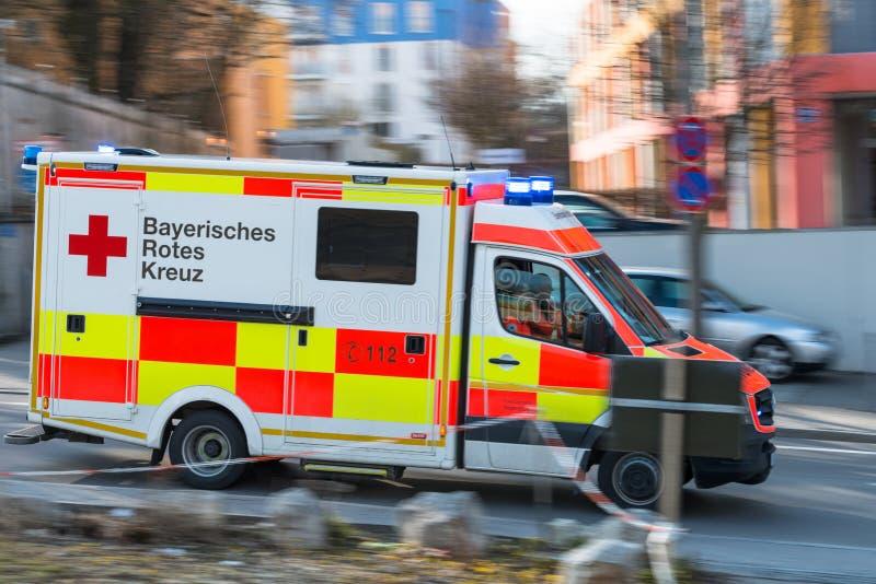 Regensburg, Duitsland, 27 Maart, 2018, Ziekenwagen met opvlammende lichten, Regensburg - Duitsland royalty-vrije stock afbeeldingen