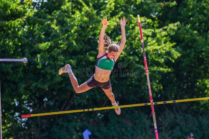 Regensburg, Germania - 16 giugno 2018: campionato bavarese di atletica, salto con l'asta fotografia stock