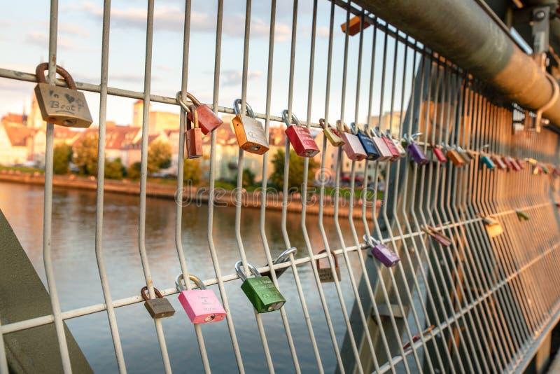 Regensburg, Germania - 26 luglio 2018: molti lucchetti sul ponte degli amanti attraverso il Danubio Ponte di Eiserner Steg fotografia stock