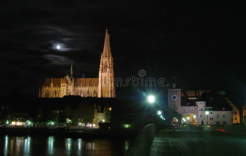 Regensburg nella notte fotografie stock