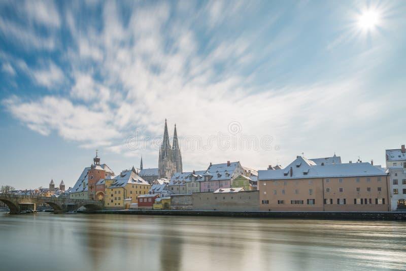 Regensburg på vintern med promenaden domkyrkan och stenbron, Tyskland fotografering för bildbyråer