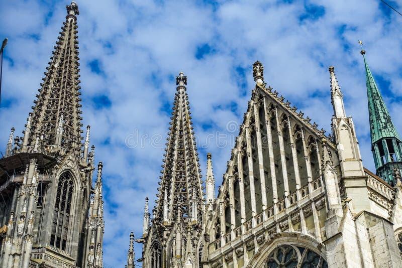 Regensburg Tyskland - Juli, 09 2016: Den Regensburg domkyrkatysken: Dom St Peter eller Regensburger Dom, tilldelade till St Peter arkivfoton