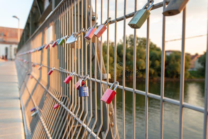 Regensburg Tyskland - 26 Juli, 2018: Eiserner Steg bro, många hänglås på bron av vänner över Danubet River arkivfoton
