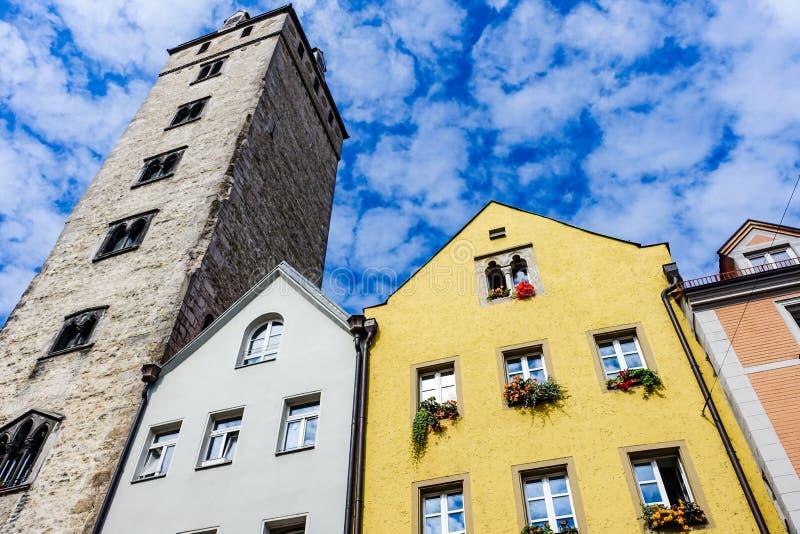 Regensburg Tyskland - Juli, 09 2016: Fasader av historiska arkitekturer och tornet i Regensburg arkivfoto
