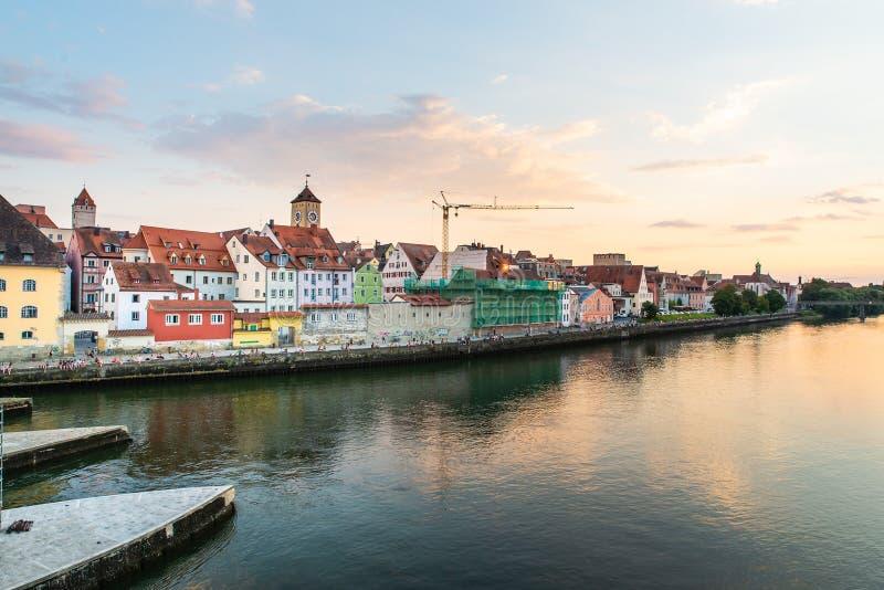 Regensburg Tyskland - 26 Juli, 2018: Landskap med sikt av Regensburg och Danube River Medeltida arkitektur med det gamla stadshus arkivbilder
