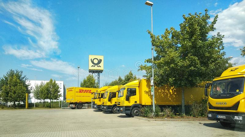 Regensburg Tyskland - Juli 27, 2018: Lastbilar på platsen av Deutsche Post Briefzentrum, bokstavsmitt Hemsändningar last och fotografering för bildbyråer