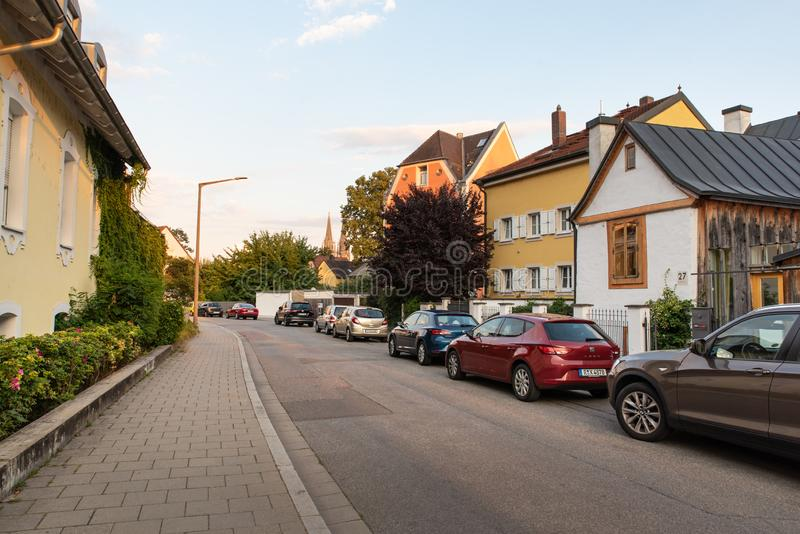 Regensburg Tyskland - 26 Juli, 2018: Rena och hemtrevliga gator och arkitektur av den Regensburg staden Många bilar på arkivbild