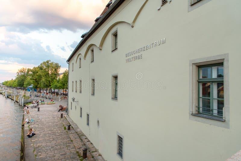 Regensburg Tyskland - 26 Juli, 2018: Salta att handla lagret på banken av Danube River, historisk byggnad Inskrift på royaltyfri bild