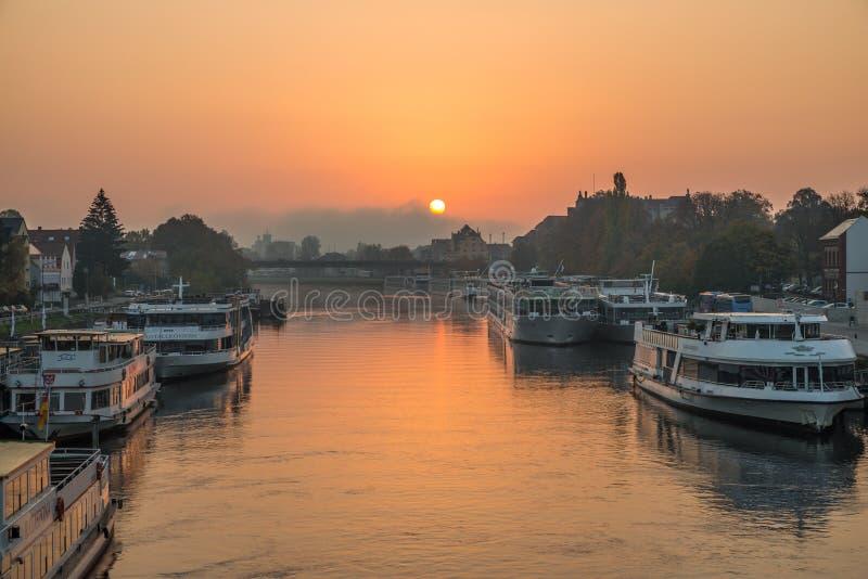 Regensburg Tyskland, Oktober 18, 2018, soluppgång ovanför Danubet River i vintern - Regensburg, Tyskland, royaltyfri bild