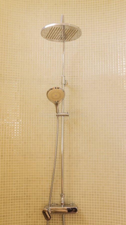 Regenschauer im Luxusbadezimmer mit Mosaikfliese lizenzfreie stockbilder