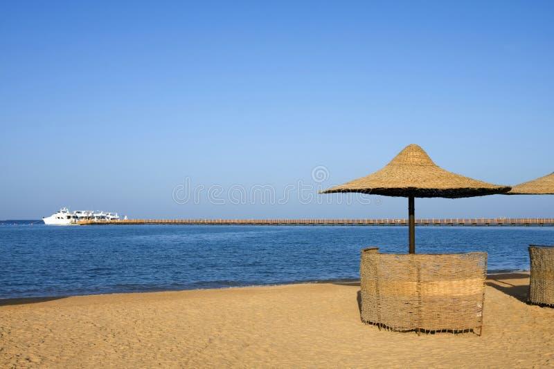 Regenschirm auf dem Strand stockfotos