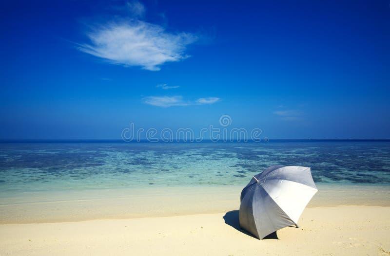 Regenschirm auf einem Strand lizenzfreies stockfoto