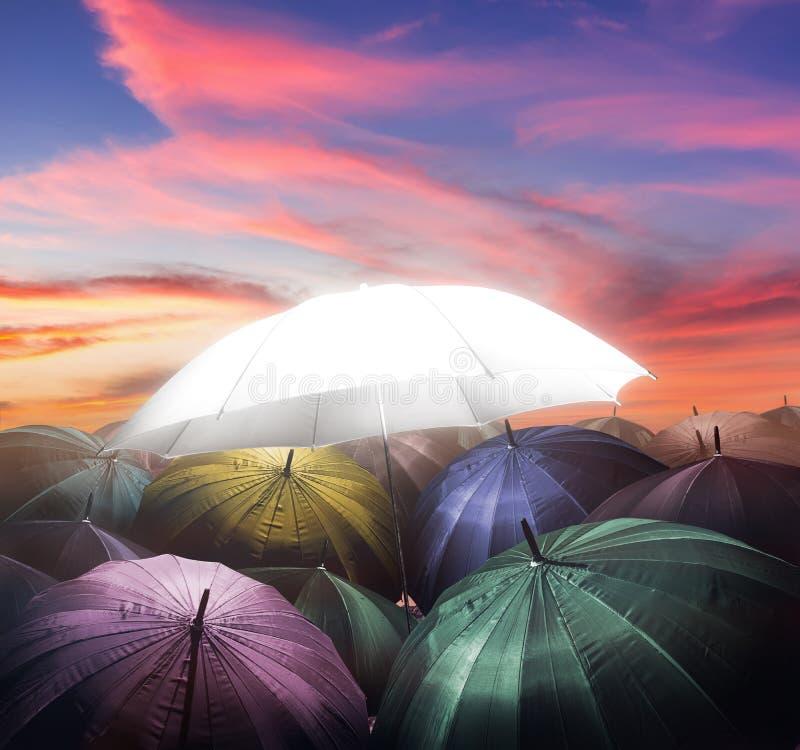 Regenschirm beleuchtet das Glühen stehend heraus von der Menge des dunklen Regenschirmes lizenzfreie abbildung