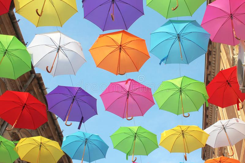 Regenschirm-bunte Straßendekoration - Fußgängerstraße in Arad, Rumänien lizenzfreies stockfoto