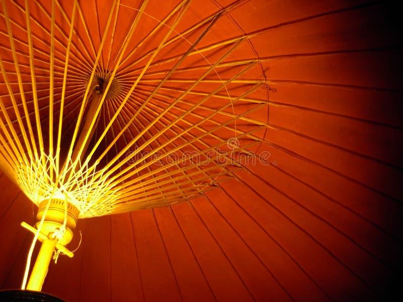 Regenschirm in der Dunkelheit stockfoto