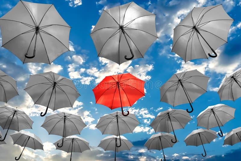 Regenschirm, der heraus von der der Konzept-psychischen Gesundheit der Menge einzigartigen Krise steht lizenzfreies stockbild