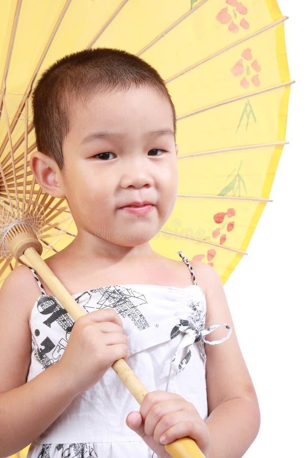 Regenschirm des kleinen Mädchens und des Papiers stockfoto