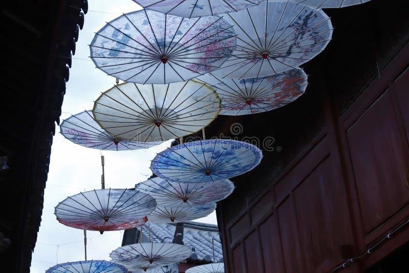Regenschirm-f?rmige Dekorationen in der alten Stadt von Lijiang, Yunnan, China lizenzfreie stockfotografie