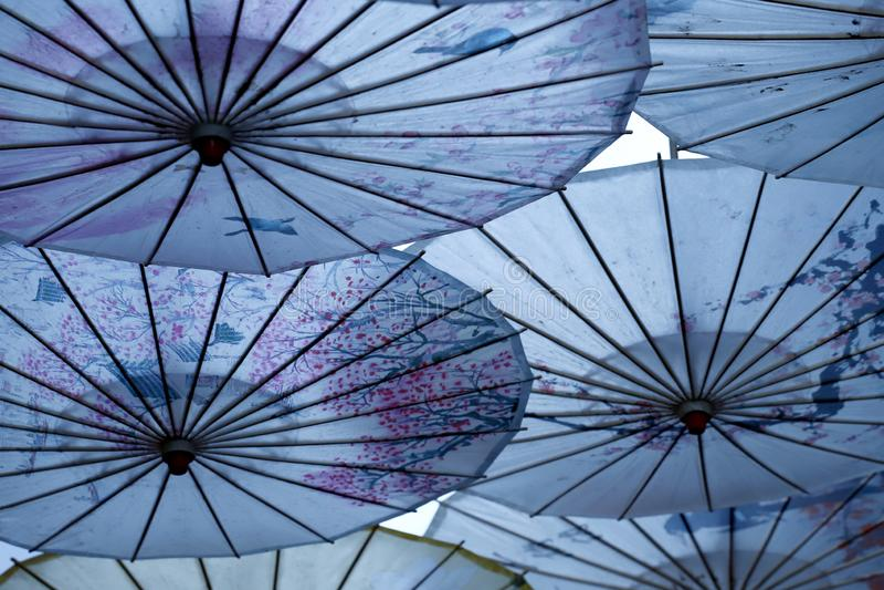 Regenschirm-f?rmige Dekorationen in der alten Stadt von Lijiang, Yunnan, China stockfotos