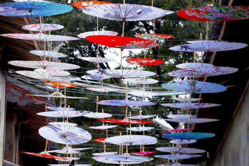 Regenschirm-f?rmige Dekorationen in einer Stra?e im Dorf von Shu-ihm nahe Lijiang, Yunnan, China lizenzfreie stockfotos