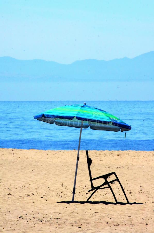 Regenschirm- und Strandstuhl am Strand in zentralem Kalifornien stockfotografie