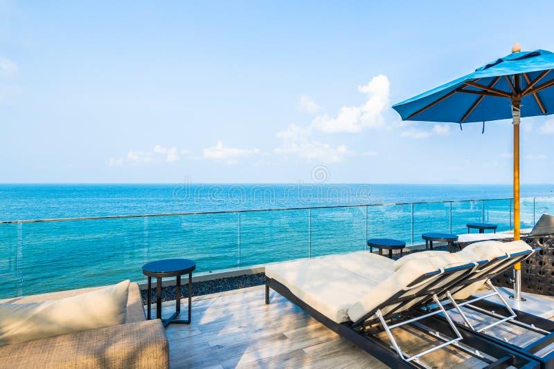 Regenschirm und Stuhl mit Panorama von Meer und von Meerblick stockbilder
