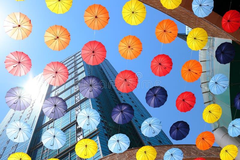 Regenschirmdekoration unter einem Gebäude stockfoto