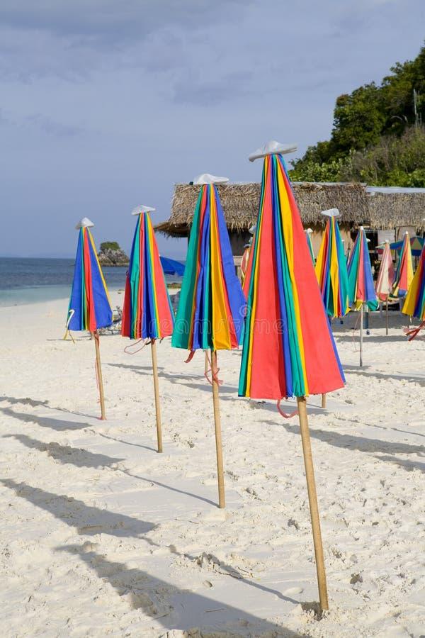 Regenschirme auf dem Strand