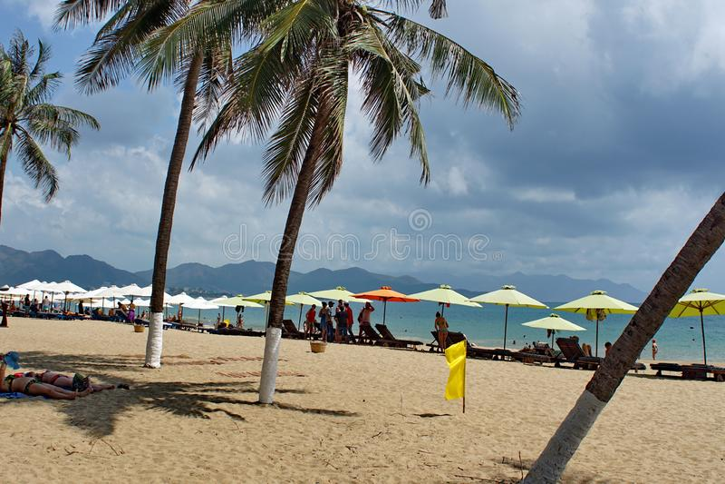 Regenschirme auf dem Strand stockbild